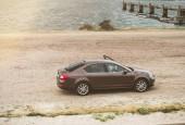 Vrouwenpolder, Nizozemsko - 25 srpen 2018: Luxusní Škoda auto zaparkované v zátoce - zvýšená view - deštivé přeháňky Nizozemsko počasí s ovladače otevřené dveře