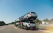 Německo - 11. května 2018: Pohled z dlouhé nákladní přepravu nové vozy Škoda Octavia a ŠKODA Superb a jízda na dálnici na slunci, pod modrou oblohou