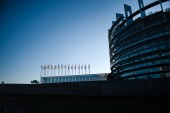 Silueta budovy se všemi členy Eu stát vlají ničím novým modře tónovaný obrazu pro novinky Evropského parlamentu