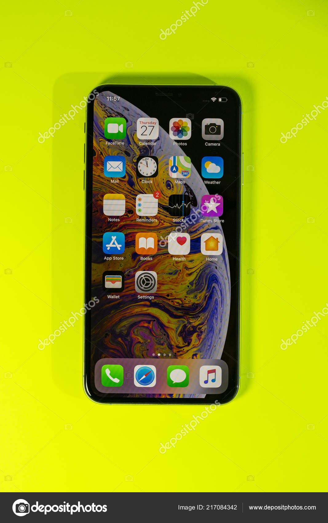 Apple Iphone Xs Max Contro Priorità Bassa Vibrante Foto Editoriale