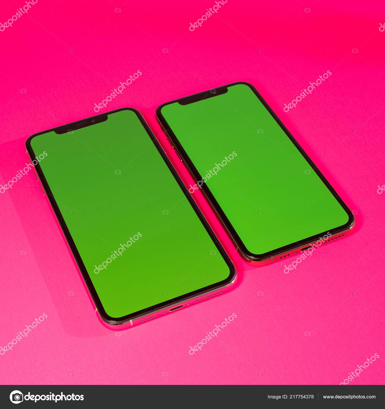 Apple Iphone Xs Max Contro Sfondo Vibrante Fucsia Foto Editoriale