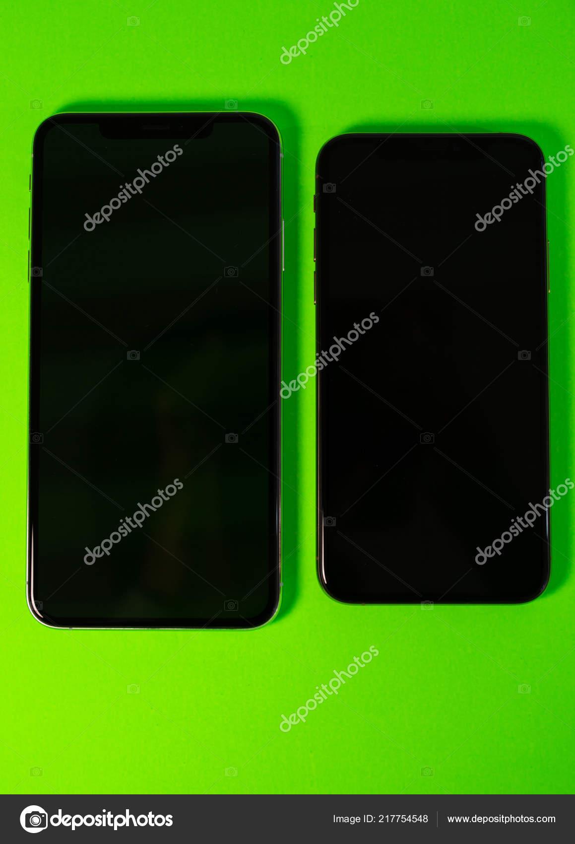 Iphone Apple Due Xs Max Su Sfondo Verde Vivace Foto Editoriale