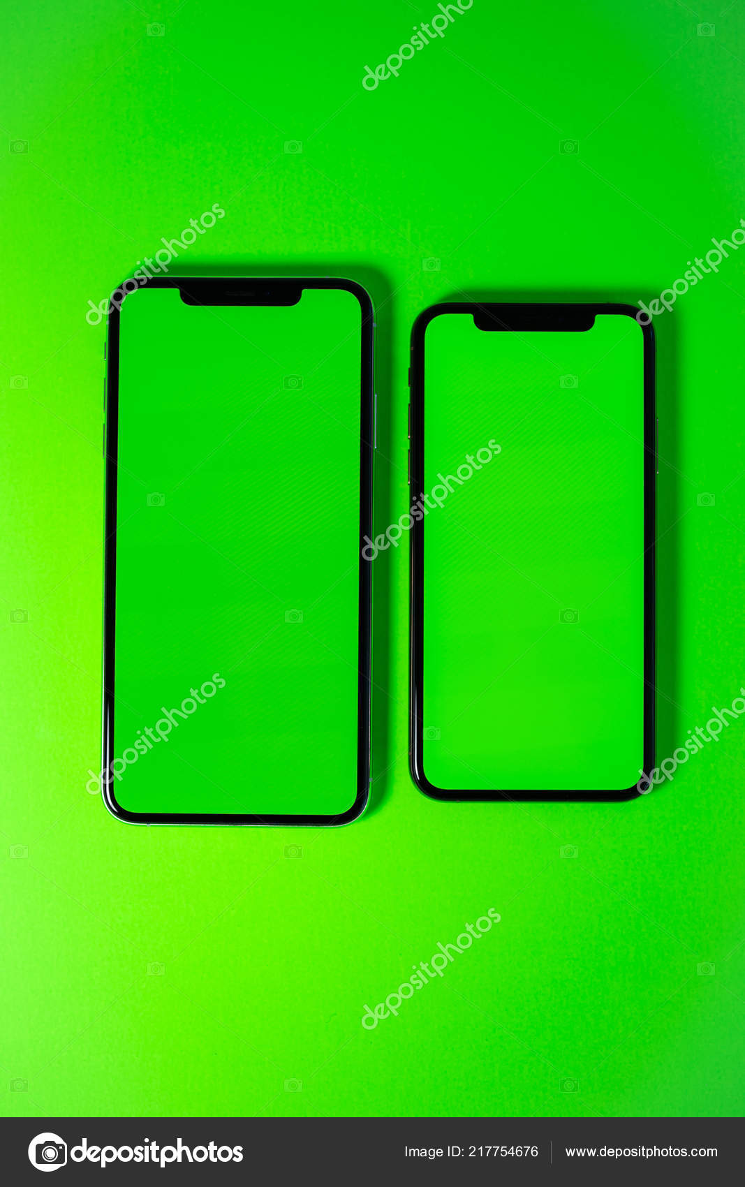 Apple Iphone Xs Max Su Sfondo Verde Vivace Foto Editoriale Stock