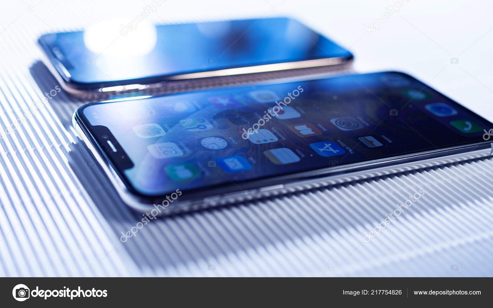 Comparer Iphone Xs Et Xs Max Sur Fond Blanc Photo Editoriale