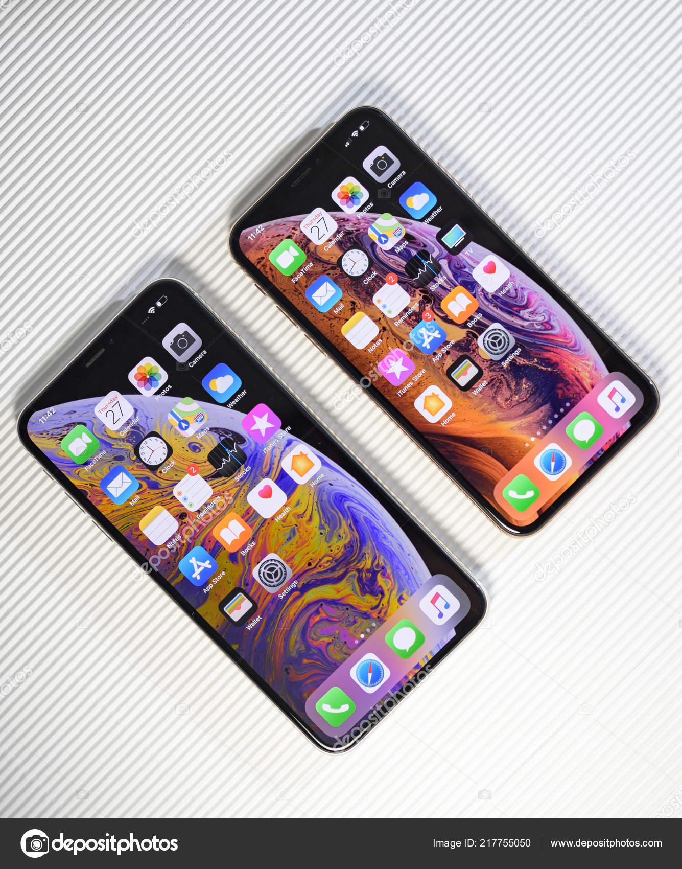 Confrontare Iphone Xs E Xs Max Su Priorità Bassa Bianca Foto