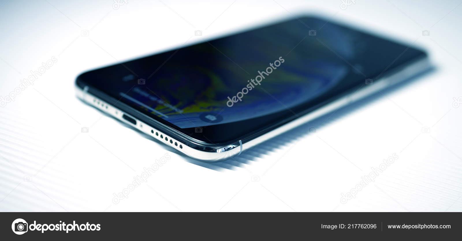 Nuovo Iphone Xs Contro Angolo Sfondo Striscia Argento Foto