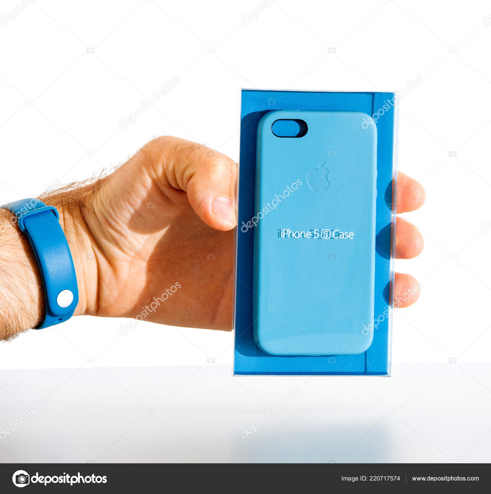 Uomo Che Tiene La Custodia In Pelle Apple Iphone Blu Foto