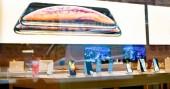 Štrasburk, Francie - 26 říjen 2018: Hrdina objektu smartphone Xr poslední modré iphone v Apple Store počítače během spuštění den - pohled z ulice k tabulkám