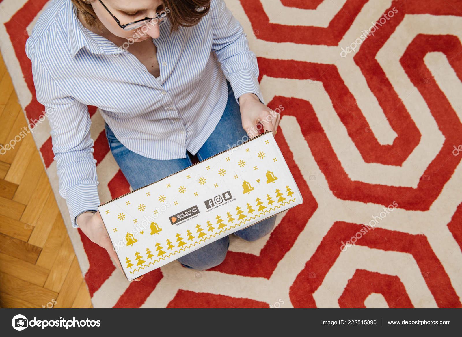 40a7a8d6f8 Γυναίκα αποσυσκευασία δέμα από Zalando μόδας κατάστημα– Εκδοτικές Φωτογραφίες  Αρχείου