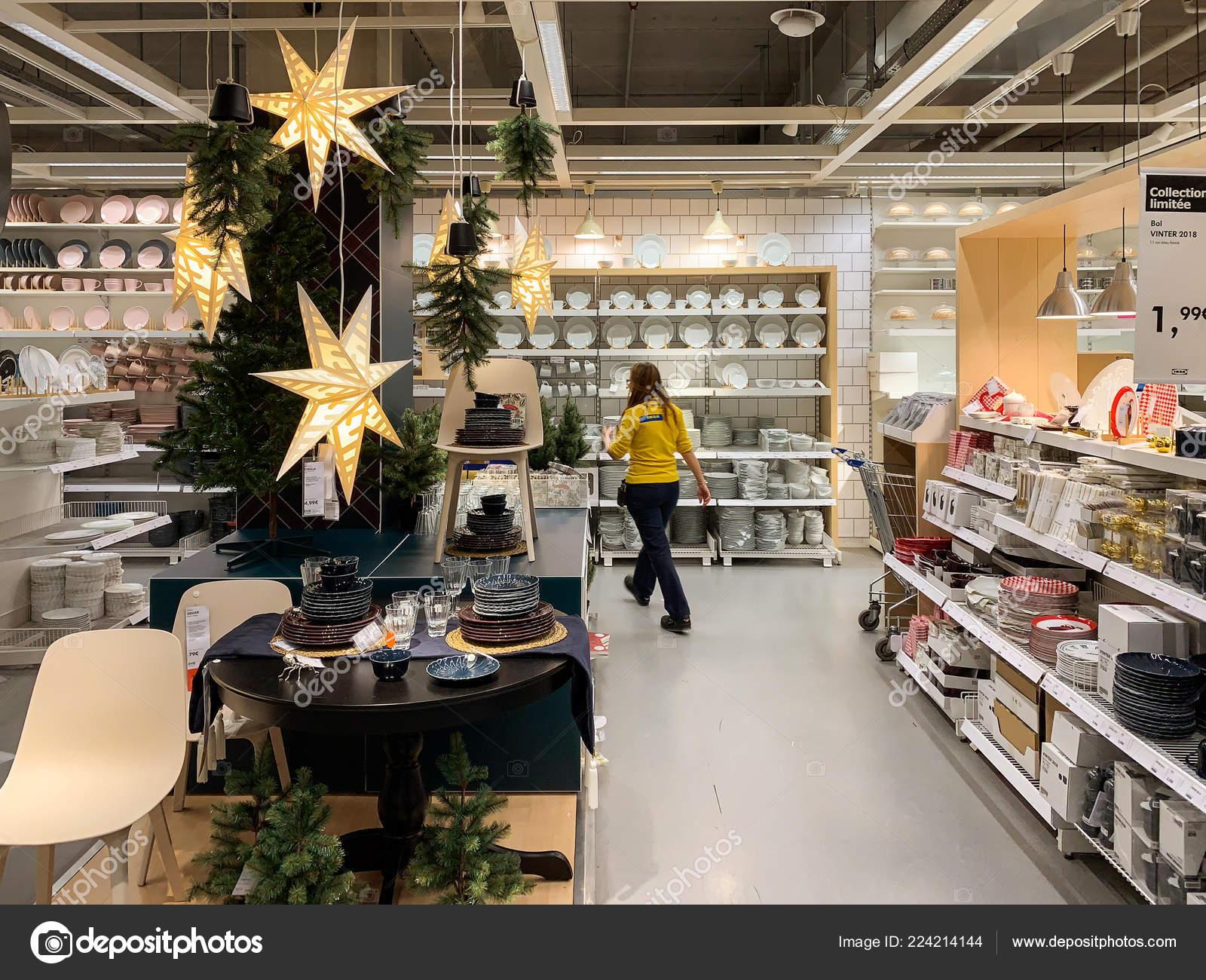 Ikea Weihnachtsbaum.Ikea Möbelhaus Mit Weihnachtsbaum Und Dekoration Redaktionelles