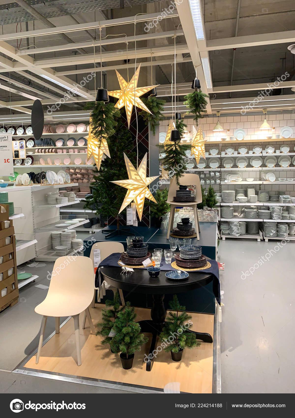 Albero Di Natale Ikea 2018.Negozio Di Mobili Di Ikea Con Albero Di Natale E Decorazioni Foto