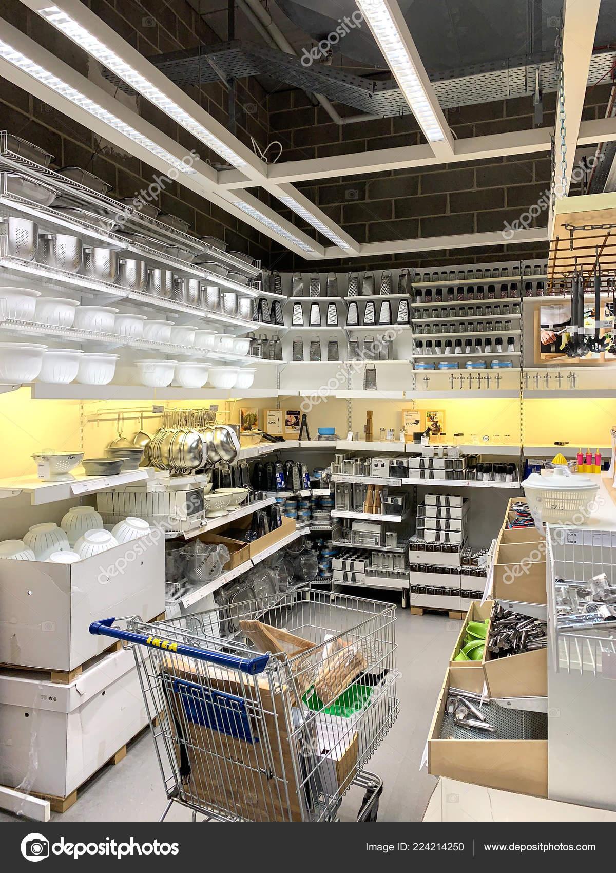 Utensili da cucina in vendita all\'interno del negozio Ikea ...