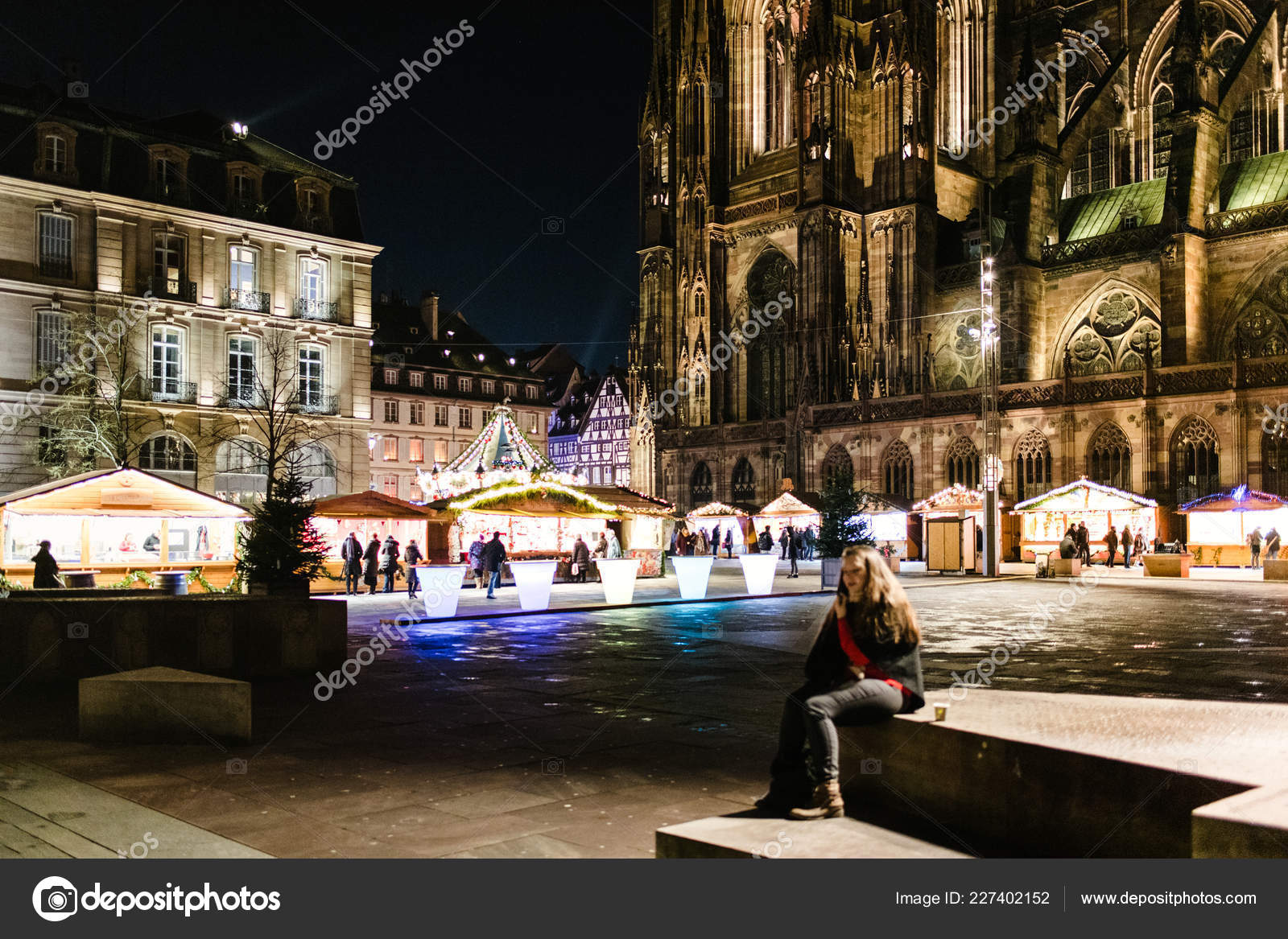 Notre-Dame de Strasbourg cathedral and Christmas Market at night ...