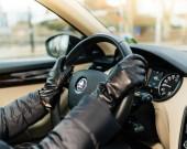 Žena, která řídila uvnitř auta rukavice