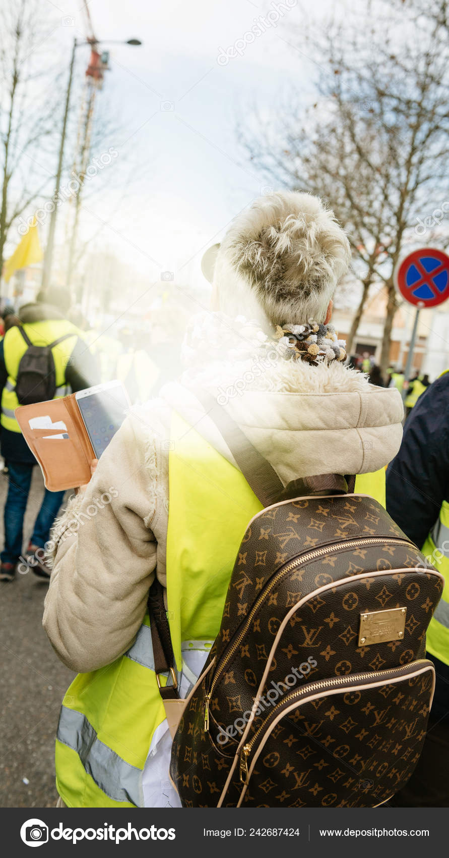 1884d73967feb Frau mit Luxus Louis Vuitton Rucksack bei gelben Westen protest ...