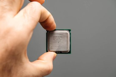 Intel Xeon X5268 CPU in man hand for serwer and workstation