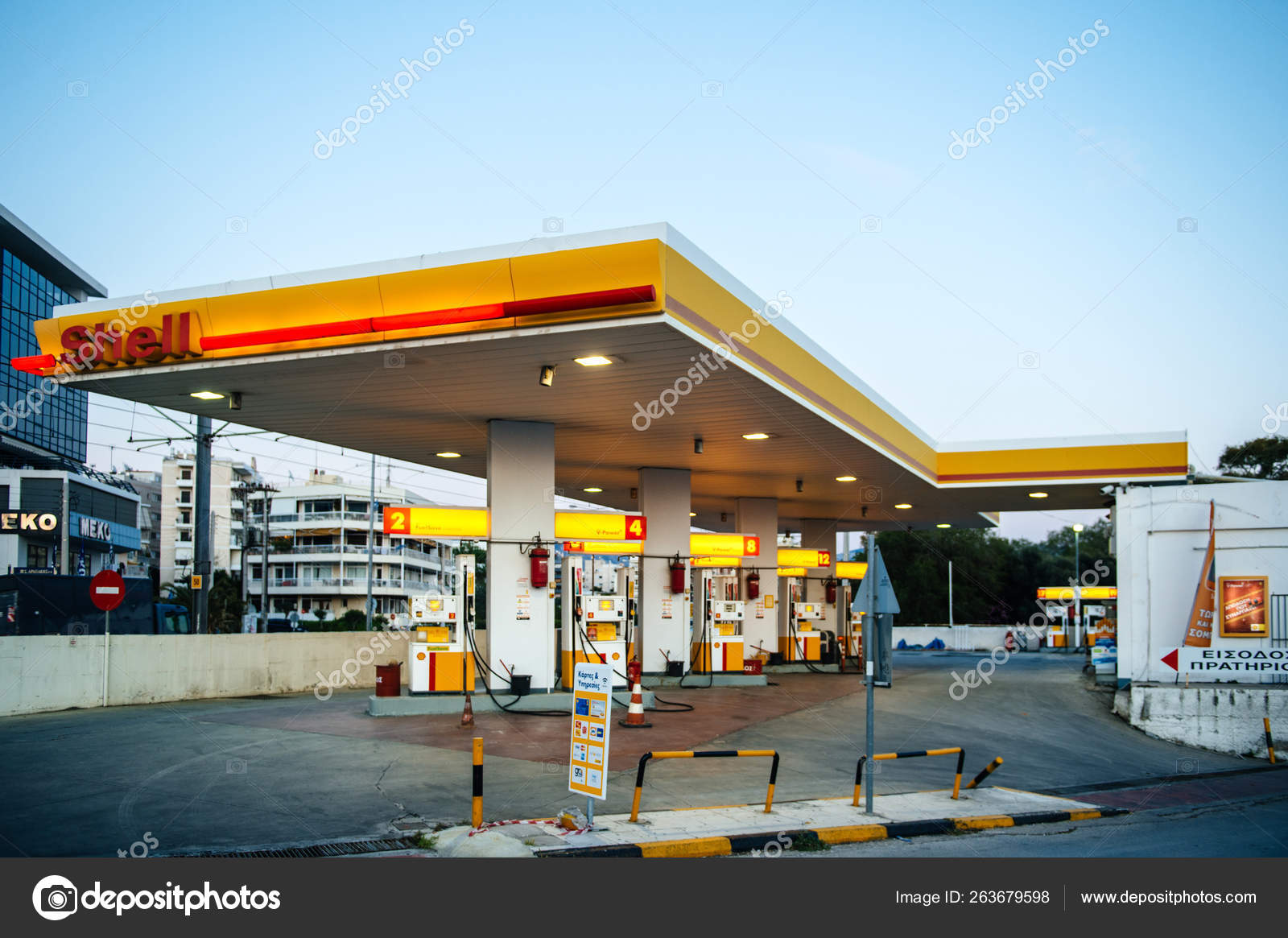 Modern Shell gas station with cars and customers Athens — Fotografia