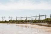 Kraftwerk mit mehreren Stromübertragungsmasten