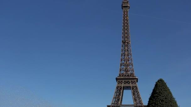 Krásná žena s vlasy ve větru zachycuje okamžiky a vzpomínky na Eiffelovu věž