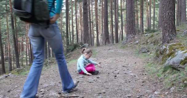 4k videóinak. Négy éves szőke lány ül a nyomvonal az erdő vár egy nő, és kezd gyaloglás együtt