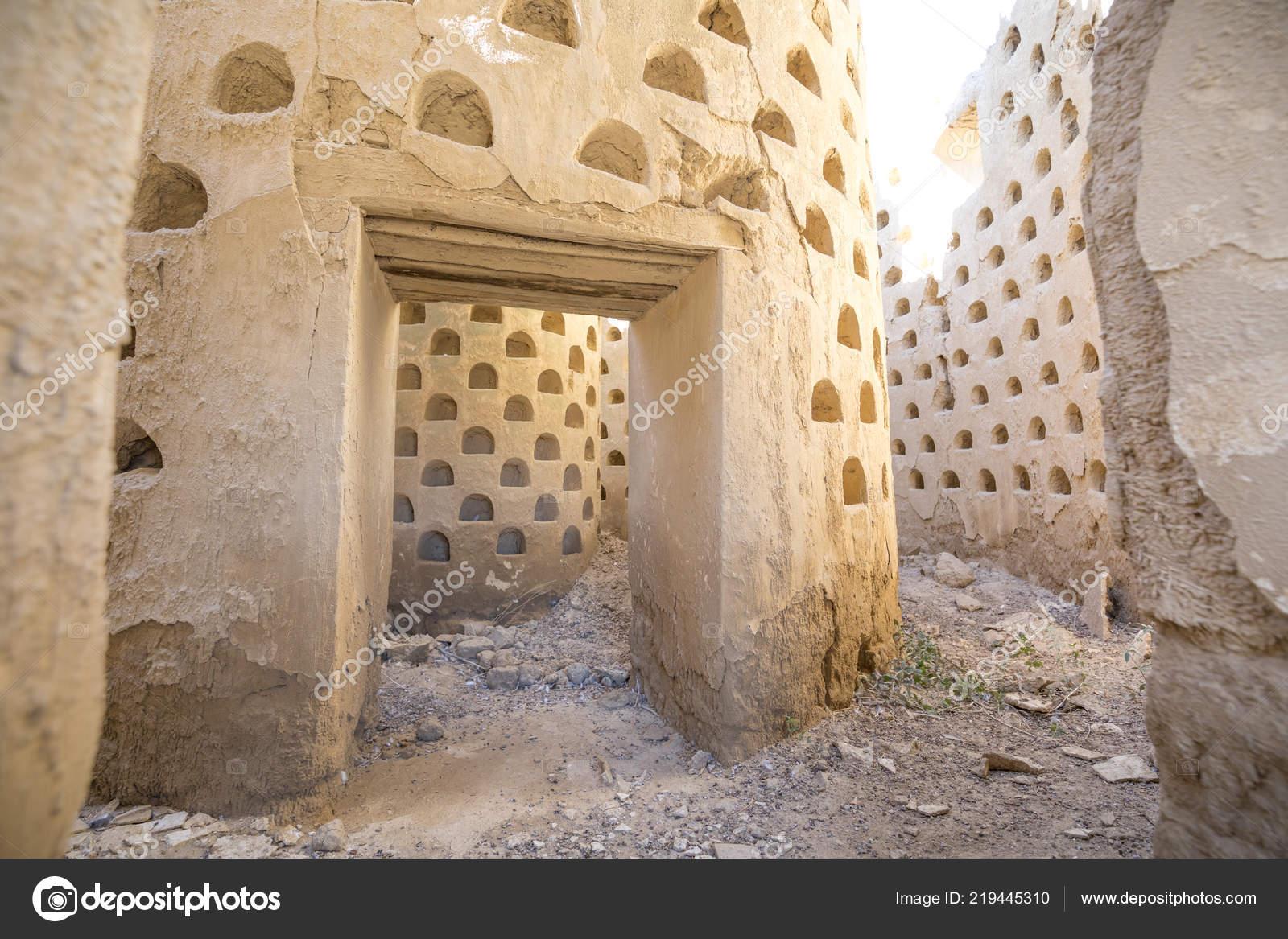 Binnen adobe voor oude afbrokkelende muren duif huis duiventil