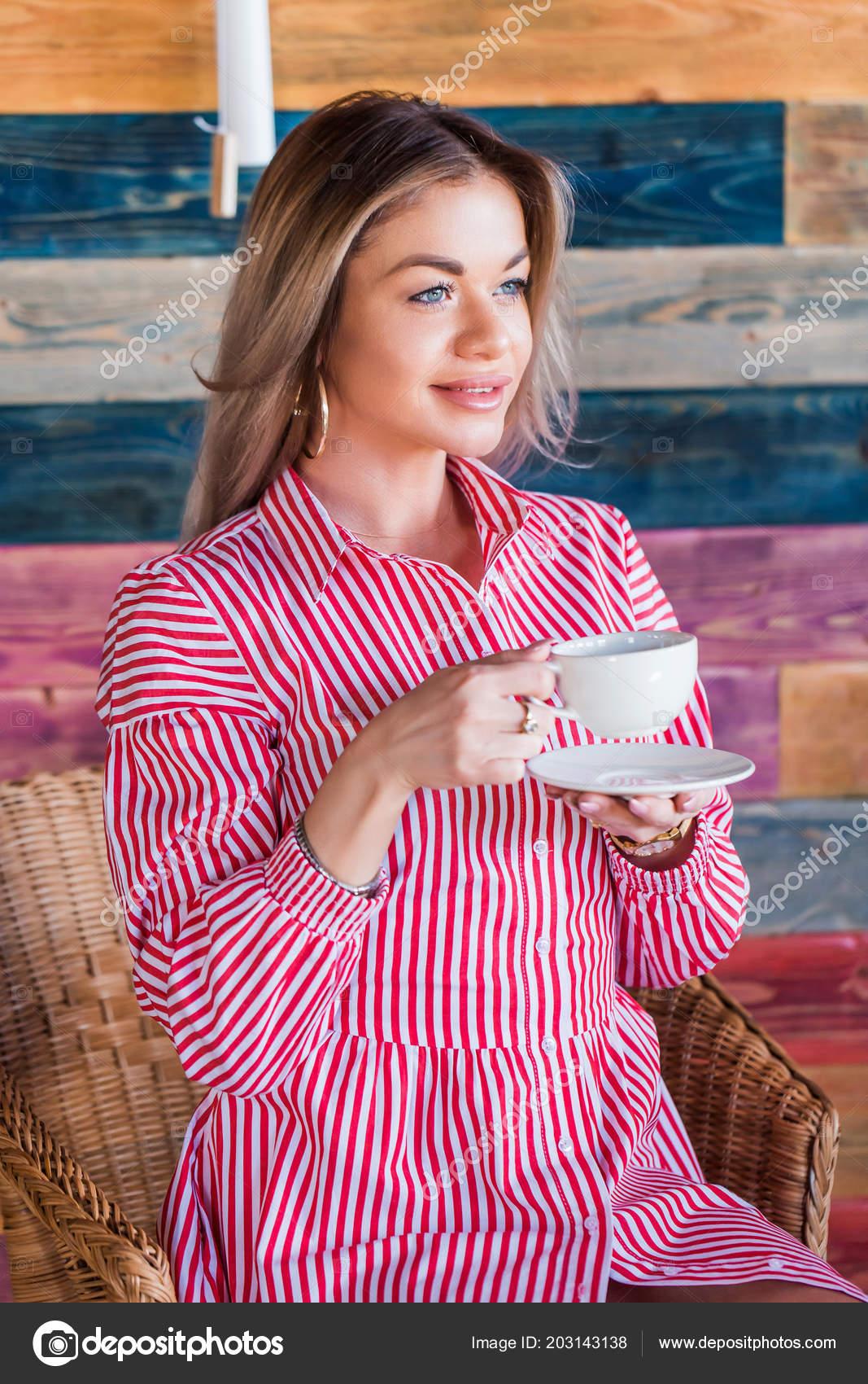 Linda Mulher Loira Beber Chá Café Manhã Sorrindo Estilo Vida
