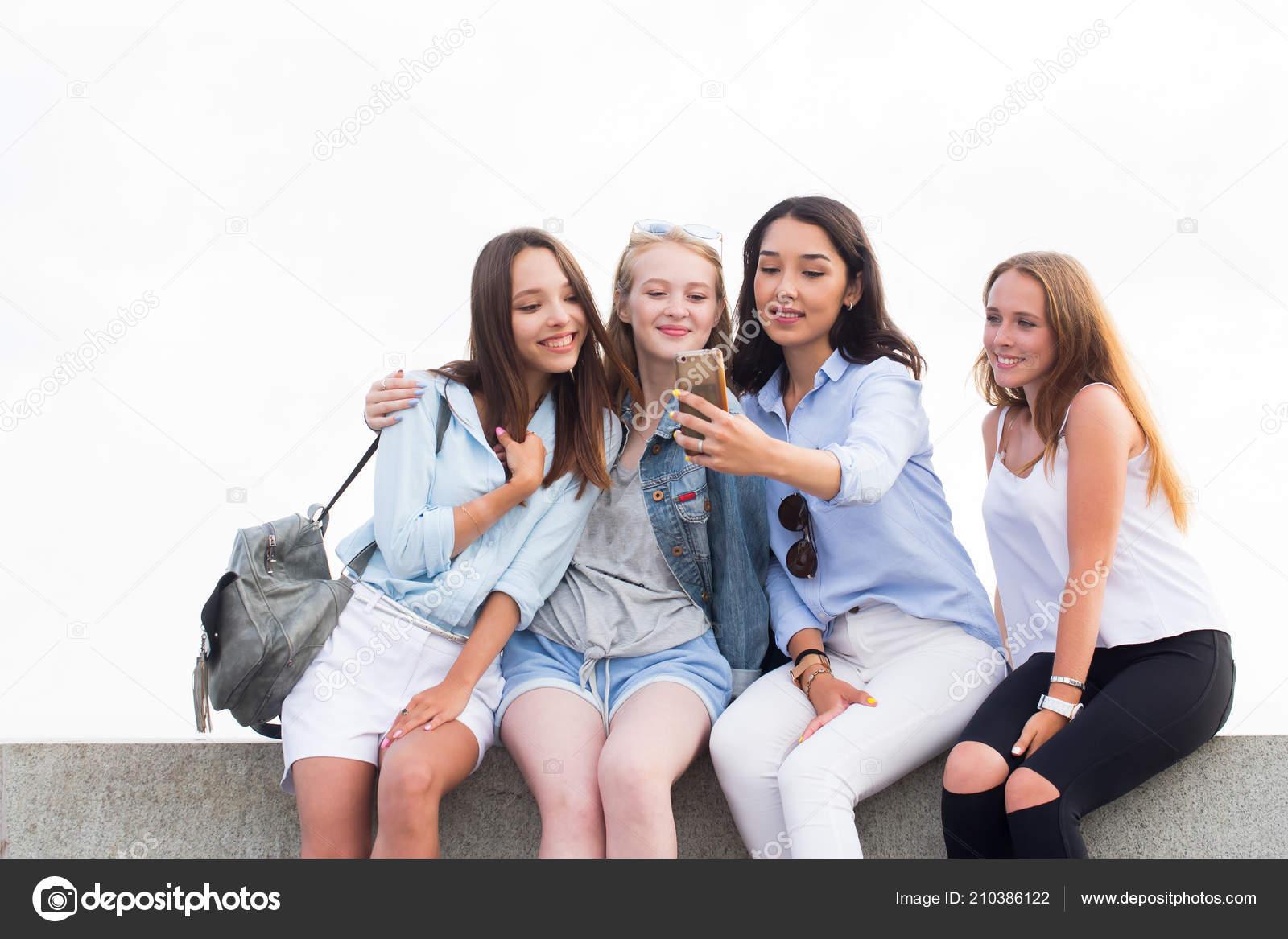 Cuatro Mejores Amigas Haciendo Selfie Fondo Naturaleza Tecnología
