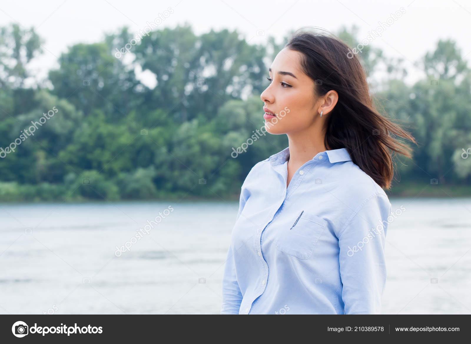 c1fcf63515 Empresaria Bella Morena Camisa Azul Mirando Lejos Fondo Naturaleza Espacio  — Foto de Stock
