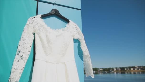 Esküvői ruha, az erkélyen, a folyó partján, és a kék ég
