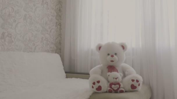 Puha játék-medve ül a kanapén