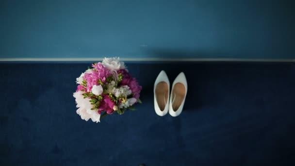 Svatební kytice v interiéru místnosti, nevěsty kytice, pohyb kamery po