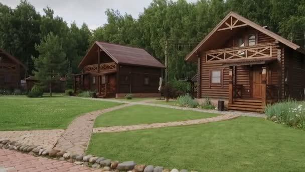 Antigua Casa De Madera En Medio De Bosque De Montana Video De