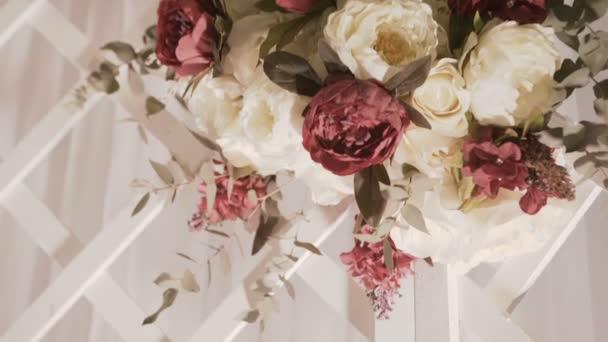 Interno della decorazione del corridoio sposa pronta per gli ospiti. Bella sala per cerimonie e matrimoni. Concetto di matrimonio. Lusso elegante ricevimento viola decorazioni costoso matrimonio. Decorazioni di nozze