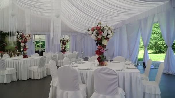 Innenraum einer Hochzeitshalle Dekoration bereit für guests.beautiful Raum für Zeremonien und Hochzeitkonzept.luxury stilvolle Hochzeitsempfang lila Dekorationen teure hall.wedding Dekor