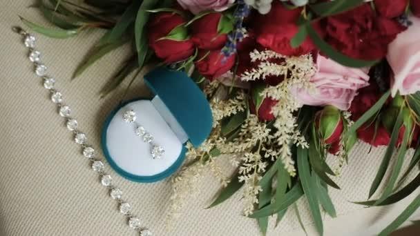 Svatební doplňky. Prsteny a šperky