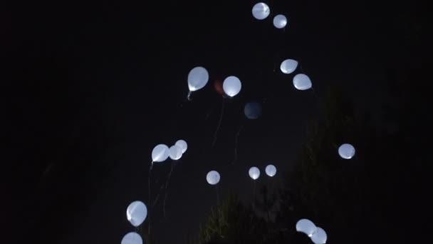 Létající balóny na noční obloze