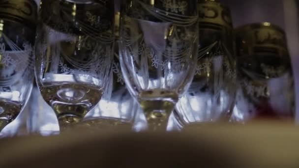 Záběry ze stylové vinné sklenice na víno ochutnávání v jemné jídelní vinařství s vínem na stole