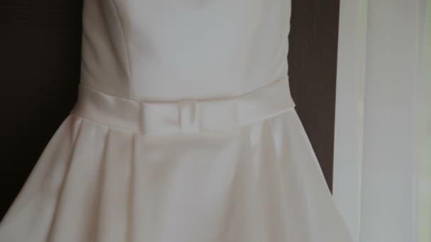 Hochzeitskleid an die Tür hängen — Stockvideo © andreevec.vitali ...