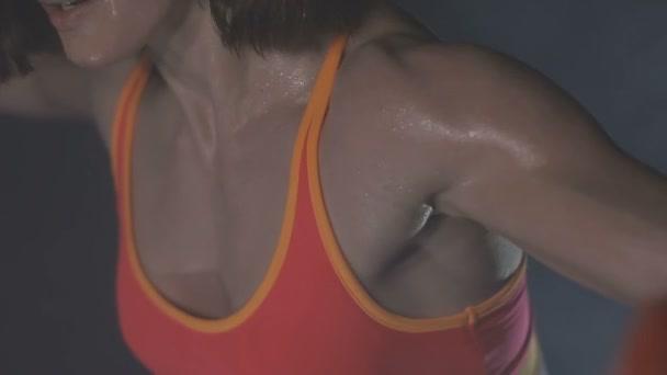 Nádherné fitness žena zvedání činek. Sportovní dívka ukazuje její tělo dobře trénovaní. Dobře vyvinuté svaly tím, že silový trénink
