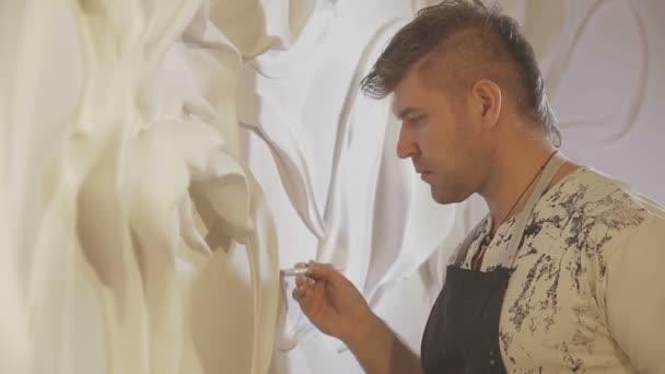 Proces lisování štukové a basreliéf na zdi