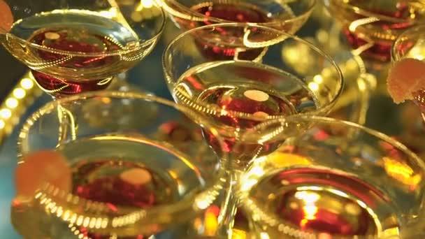 eine schöne Pyramide aus Gläsern mit Champagner und Fruchtstücken darin