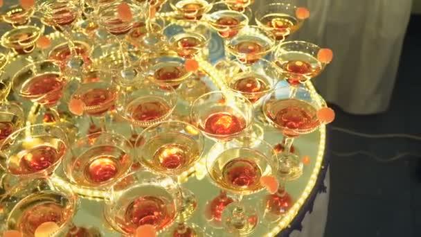 Eine schöne Pyramide der Gläser mit Champagner und Früchte drin