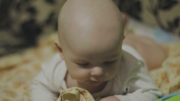 Happy novorozeně zívá detailní v bílé posteli