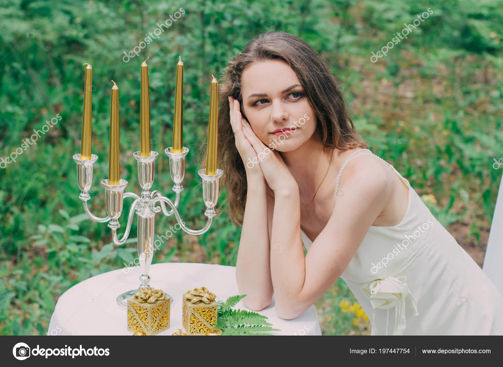 6b19a59a0470 Muy hermosa chica fotografiada en la naturaleza con flores frescas ...