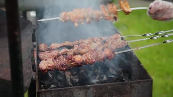 Příprava ražniči na dřevěném uhlí, ostrý na maso.