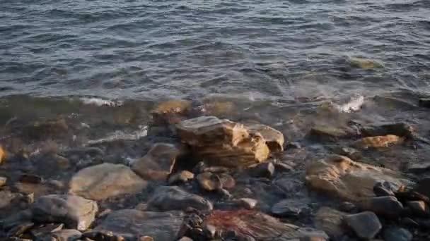 Mořské vlny bojují proti skály na pobřeží.