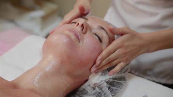 Sehr schönes Mädchen, Gesichts-Massage im Wellness-Salon zu tun. Gesunde Lebensweise