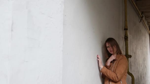 Dívka stojící v oblouku do domu