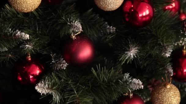 2019. Szilveszter: 2019. Új év díszítéssel, színes girlandok, karácsonyi zokni. Karácsonyfa a karácsonyfa. Belső dekoráció. Egy fél. A szabadság vár. Bokeh, a kék fény. Új év