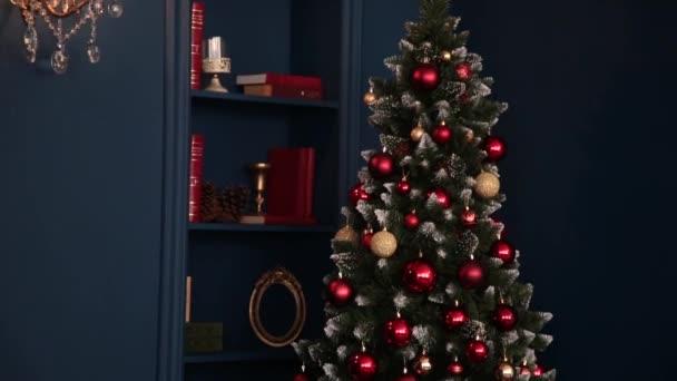 2019. nový rok 2019. Nové lety výzdoba, barevné girlandy, vánoční ponožky. Vánoční strom na vánoční stromek. Výzdoba interiéru. Strana. Čekání na dovolenou. Bokeh, modré světlo. Nový rok